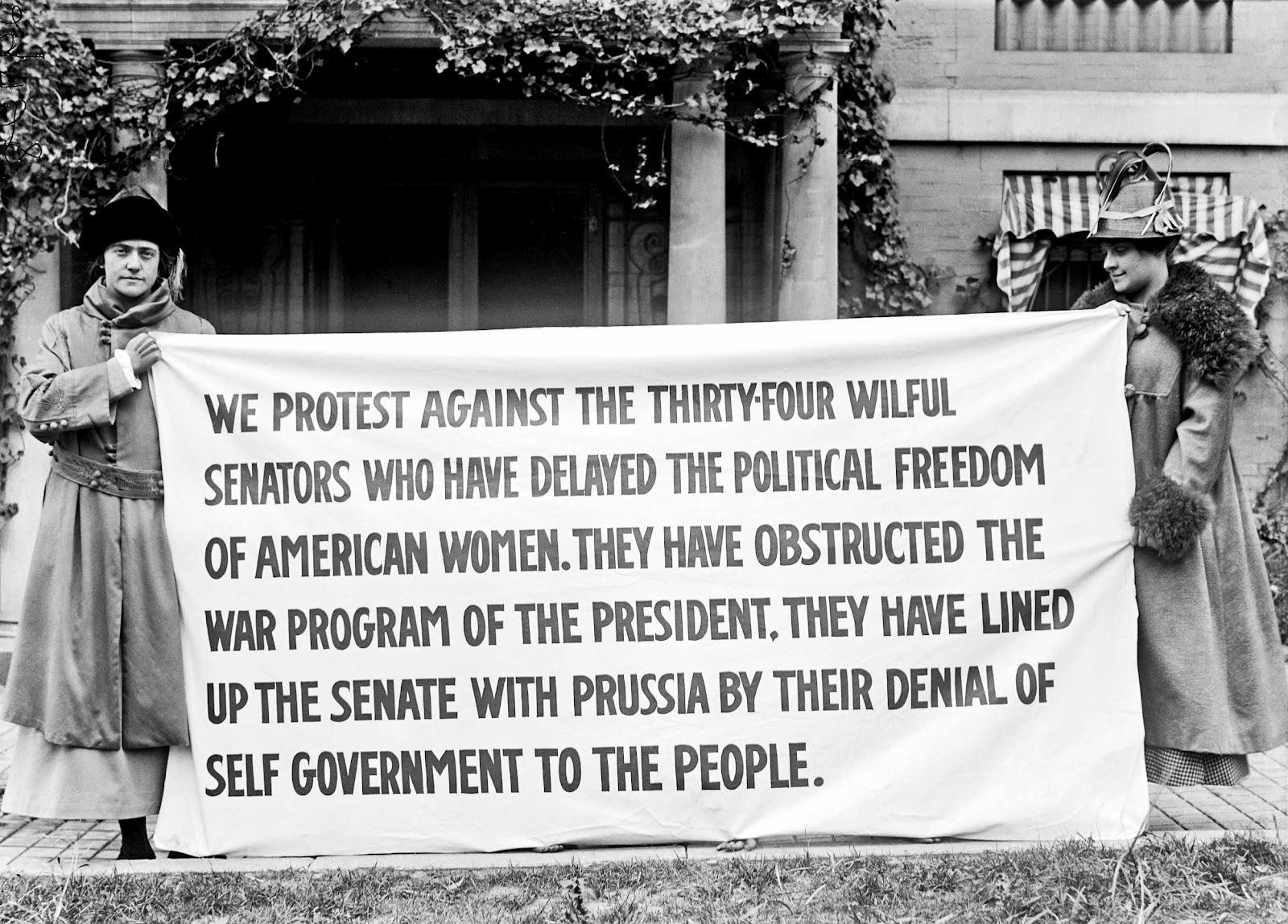Suffragettes with banner, 1918.jpg